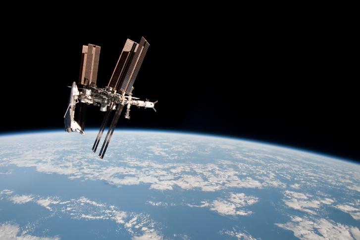 2011. május 23. Az Endeavour űrsikló a Nemzetközi Űrállomáshoz dokkolva.