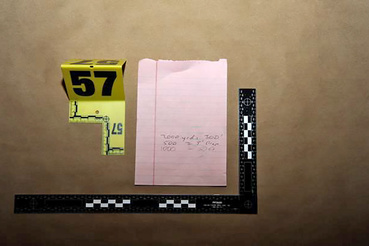 A gyilkos jegyzete, amin a távolság alapján számolta ki az ideális röppályát.
