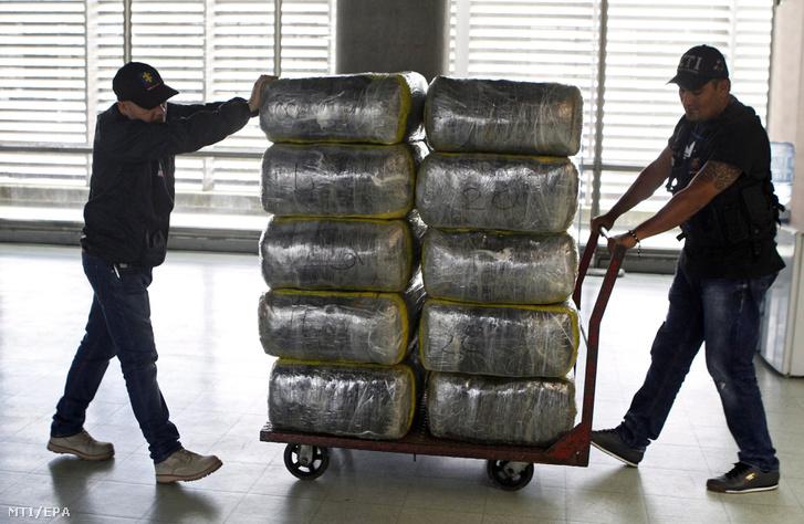 Lefoglalt marihuánát tartalmazó csomagokat szállítanak a kolumbiai bűnügyi nyomozóiroda műszaki alakulatának tagjai az északnyugat-kolumbiai Medellínben 2018. január 19-én. A szervezet az összesen 1037 kilogramm kannabiszt egy házban találta a Medellín Campo Valdés városrészében a katonasággal közös rajtaütésen.