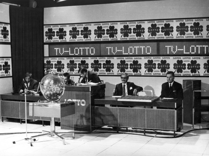 1972: lottósorsolás az MTV stúdiójában. Balról Somogyi Pál, Peterdi Pál (takarva), Kaposy Miklós, jobbról a második Mikes György humoristák.
