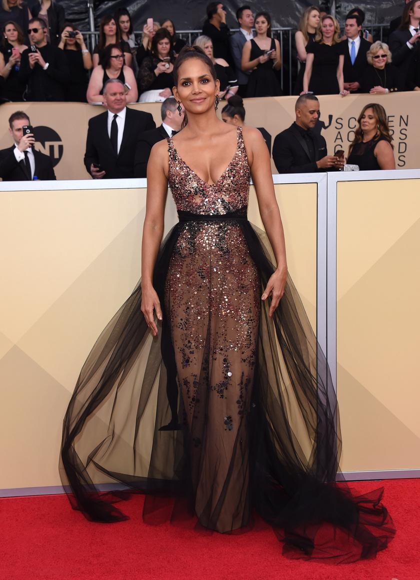 Halle Berry ebbe a feltűnő Pamella Roland-estélyibe bújt a díjátadóra.