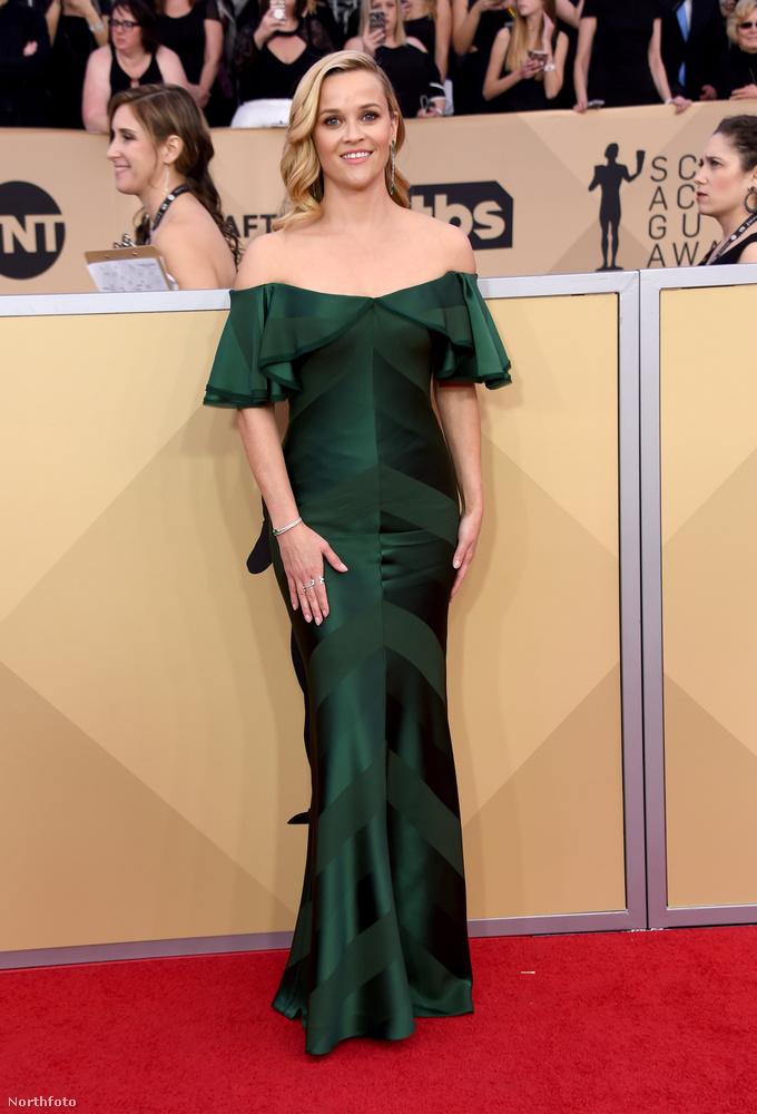 Reese Witherspoonon pedig már látszik, bár most még csak 41 éves, tíz év múlva sem lesz problémája a gálázással...