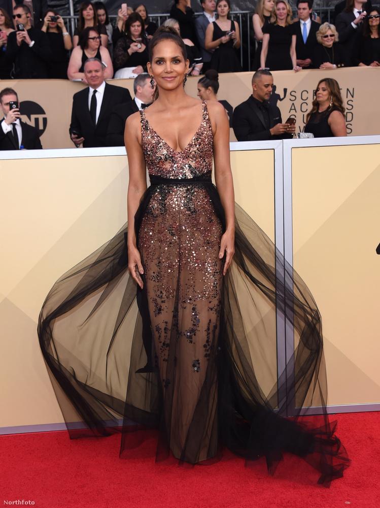 Az este abszolút nyertese azonban kétség kívül Halle Berry volt, aki ismét szuper jól választott ruhát, amit remekül is viselt.