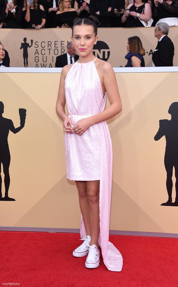 Annak pedig különösen örültünk, hogy a Stranger Things 13 éves színésznőjét nem erőszakolták bele valami olyan ruhába, ami teljesen életszerűtlen a korához és Millie Bobby Brown pont úgy volt csinos, ahogy egy nyolcadikos lányhoz illik.