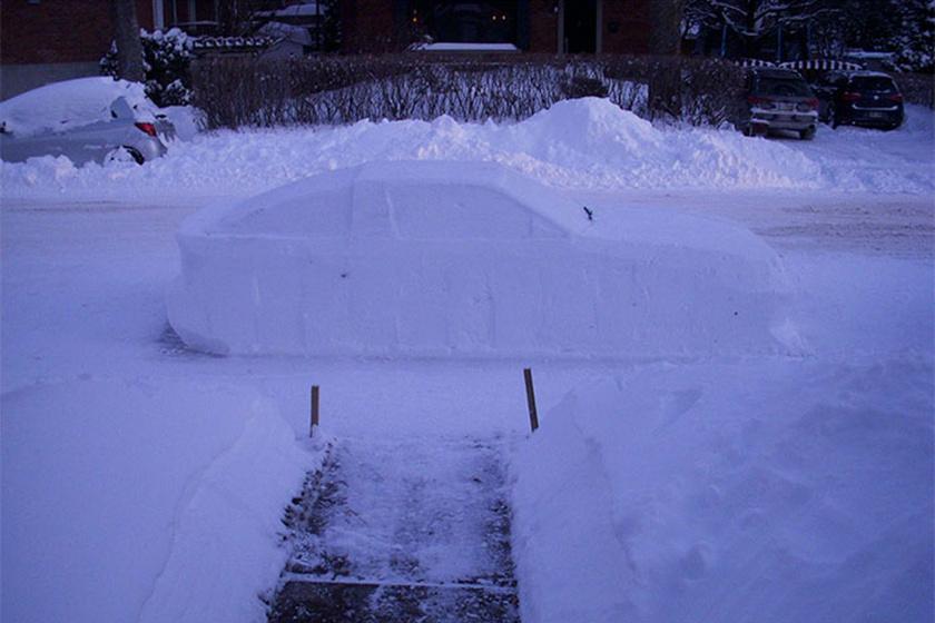 Az utcában minden autót fehér takaró borított, így nem csoda, hogy a rendőrség messziről valódi kocsinak hitte az élethű hószobrot.