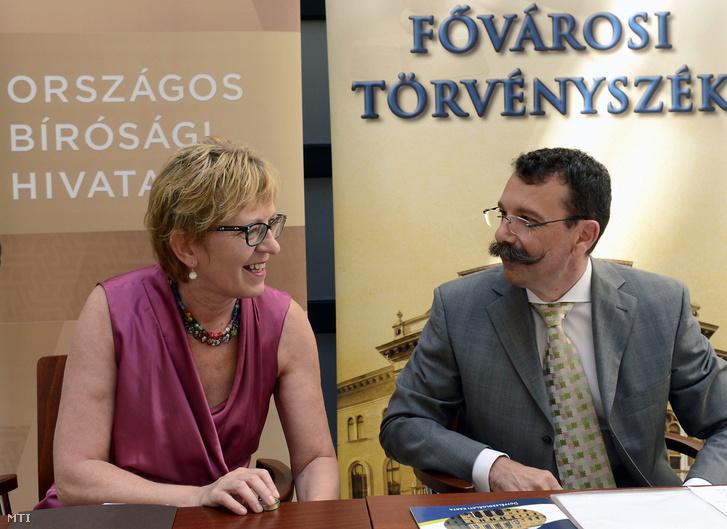 Handó Tünde, az Országos Bírósági Hivatal elnöke és Fazekas Sándor, a Fővárosi Törvényszék elnöke a Fővárosi Törvényszék Cégbírósága, valamint a civil és egyéb nem cégnek minősülő szervezeteket nyilvántartó csoportja ügyfélcentrumának átadásán Budapesten a Nádor utcában 2016. június 30-án
