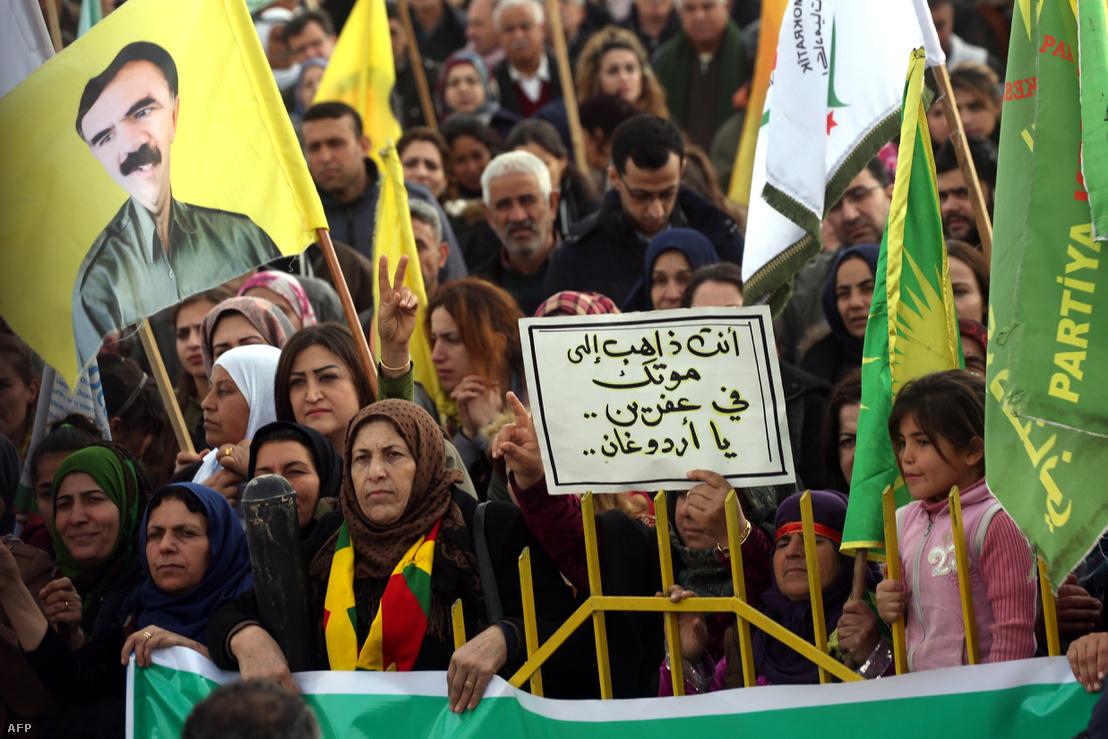 Szíriai kurdok tüntetnek a török katonai hadműveletek ellen Amudában, január 21-én