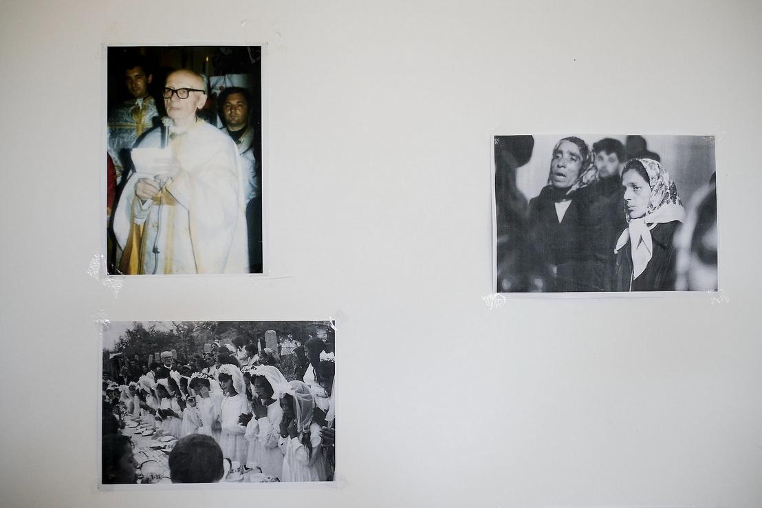 Sója Miklós atya és régi képek a falon Hodászon a templom melletti közösségi térben