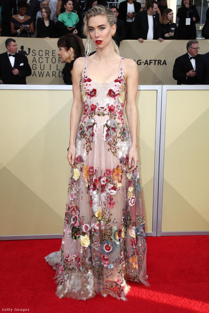 Virágos Valentino ruha a Korona című filmből ismert brit színésznőn, Vanessa Kirbyn.