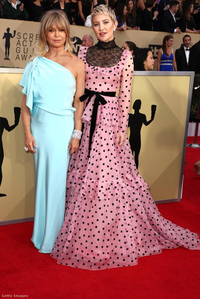 Ellentmondásos ez a szivecskés Valentino ruha Kate Hudson, akit színészlegenda anyja, Goldie Hawn kísért el a díjkiosztóra.