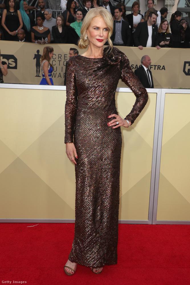 Láttunk már csinosabb ruhát is Nicole Kidmanen, mint ez a barna flitterekkel kirakott Armani Privé csoda
