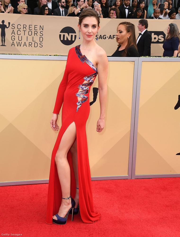 A Mad Men – Reklámőrültek és a Glow című sorozatokból ismert Alison Brie-n jól állt a Dundas piros lábvillantós ruhája.