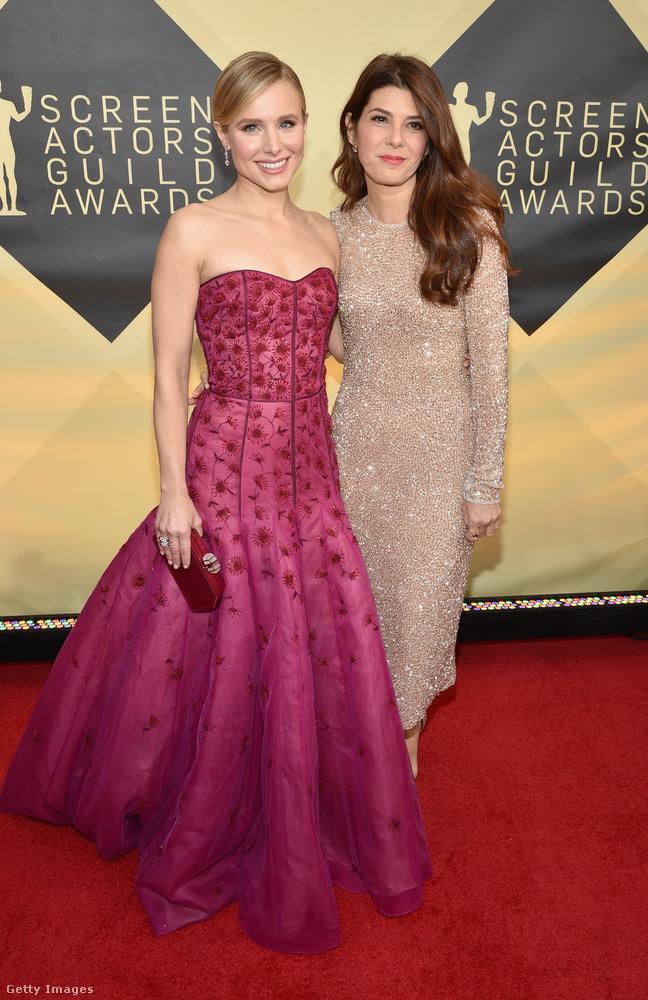 Kristen Bell az idei SAG-díjátadó háziasszonya volt, mellette pezsgőszínű ruhában Marisa Tomei látható.