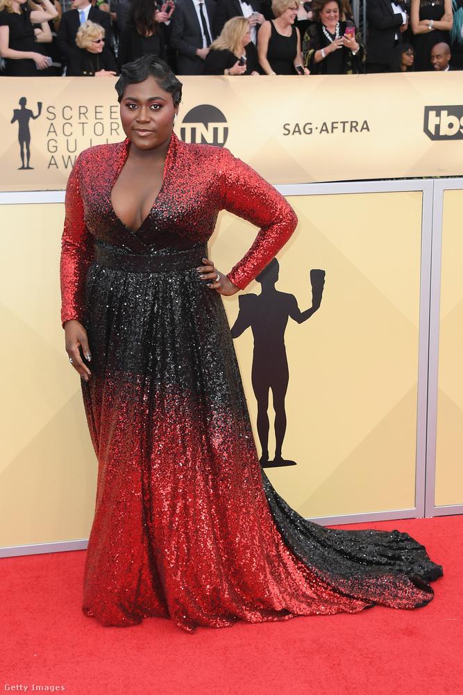 Drámai hatást keltett Danielle Brooks (Orange is the New Black) ebben a flitteres, vörös-fekete ombre ruhában.