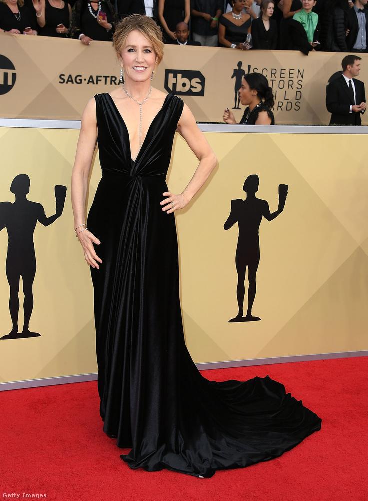 Felicity Huffman (Született feleségek) klasszikus fekete estélyiben.