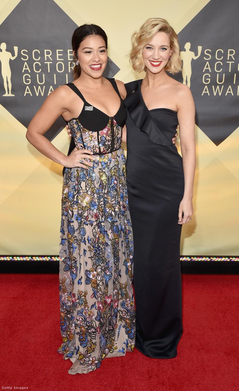 Gina Rodriguez színésznő kamumelltartós virágos estélyiben, kolleganője, Yael Groblas félvállas fekete estélyiben ünnepelt.
