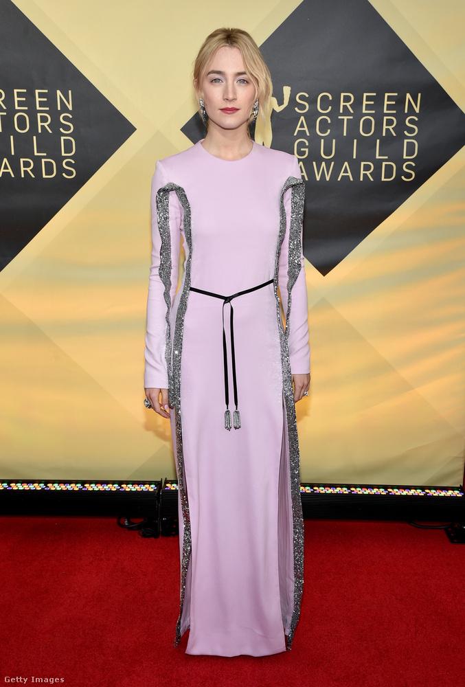 Az Oscar-díjra jelölt 23 éves ír színésznő, Saoirse Ronan a Louis Vuitton ezüsttel megfuttatott halványrózsazsín ruháját viselte.