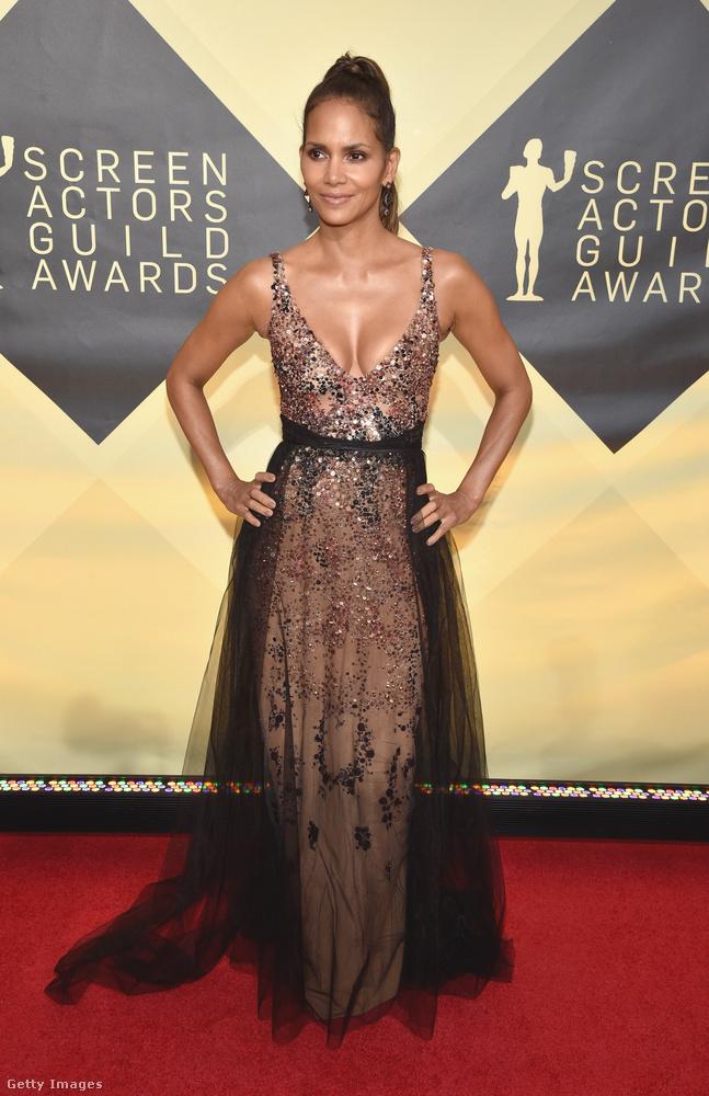 Halle Berry ruháján minden rajta volt, ami most divatos a szezonban: testszínű anyag, strasszok és tüll