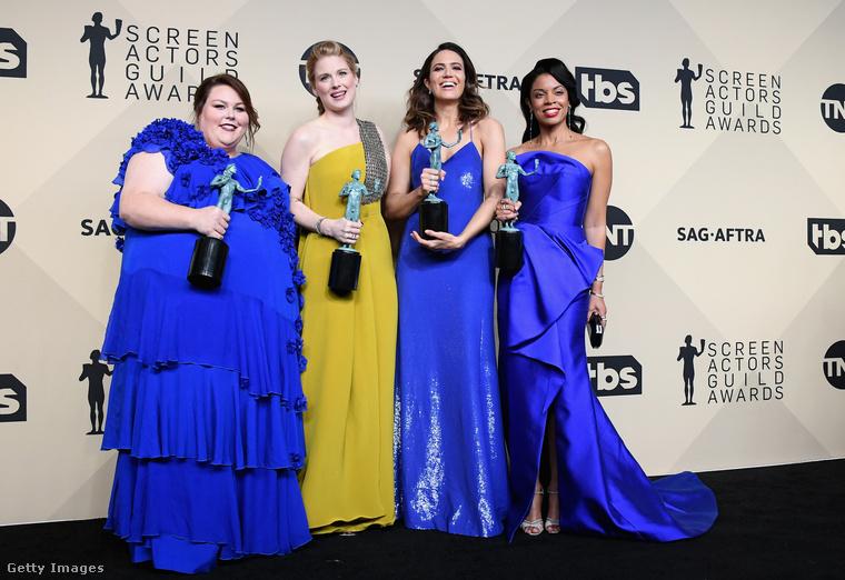 Kékben és mustársárgában vették át a díjat a 'Rólunk szól' című sorozat sztárjai.