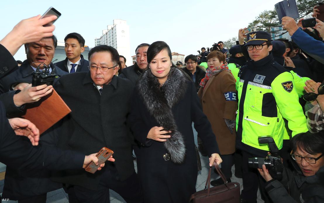 A Moranbong vezetője az egyik koncerthelyszínhez érkezik (Gangneung Arts Center)