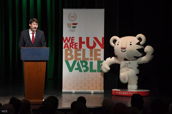 Áder János köztársasági elnök beszédet mondott a február 9-én kezdődő phjongcshangi téli olimpiára és a március 9-én rajtoló téli paralimpiára utazó magyar csapat eskütétele előtt a budapesti MOM Kulturális Központban.