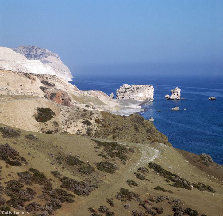 Aphrodité sziklája Ciprus partjainál, ahol a görög mitológia szerint a szerelem istennője kiemelkedett a habokból