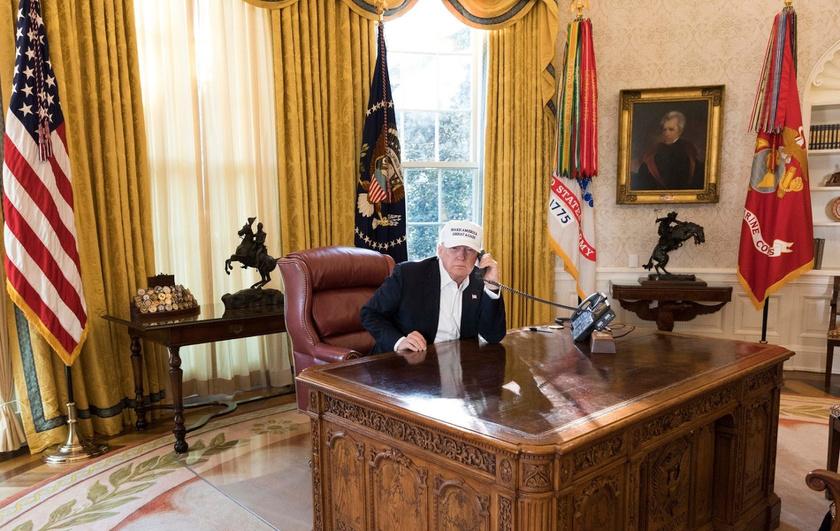 Ez az eredeti fotó, amit a Fehér Ház megosztott - Trump lehet, hogy valóban dolgozott, azonban borzasztóan műre sikerült a kép beállítása.