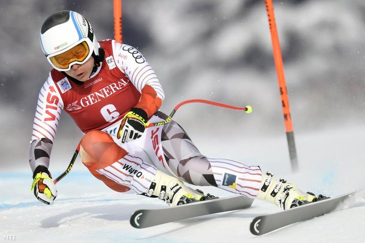 Miklós Edit készül a női alpesi sízők Világkupa-sorozatának lesiklás számára a kanadai Lake Louise-ban 2017. november 30-án.