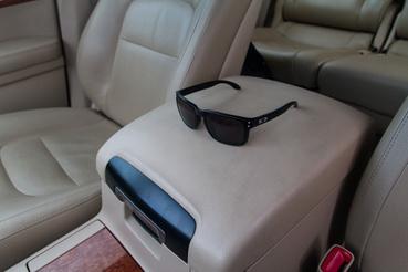 A napszemüveg a méretek érzékeltetése miatt került rá