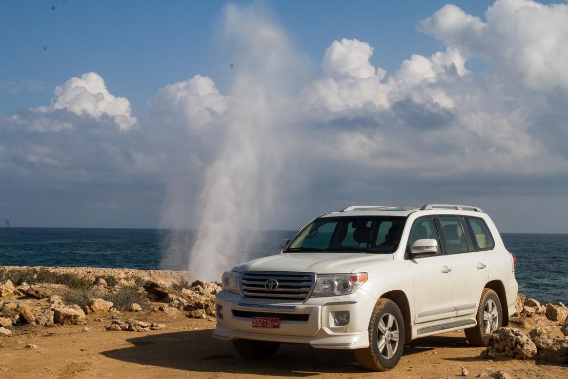 Ahogy a hullám nekicsapódik a part menti szikláknak, a járatokon fellövi a vizpemtetet