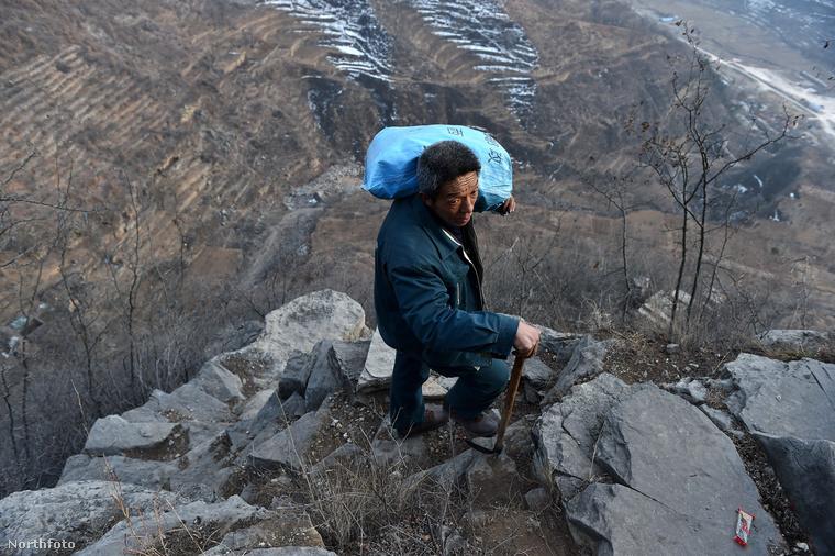 A férfi 30 éve járja a küldeményekkel a hegyeket