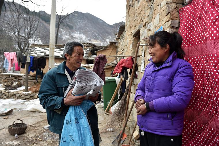 A válasz az lehet, hogy a legközelebbi településen van bolt, posta, ahol hetente, kéthetente elintézi a dolgait, amúgy meg mindent kitermel magának az ember a hegyekben