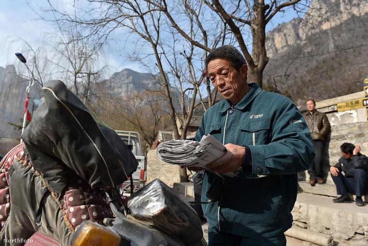 Ott dolgozik Yang Yinke, a hegyi postás.