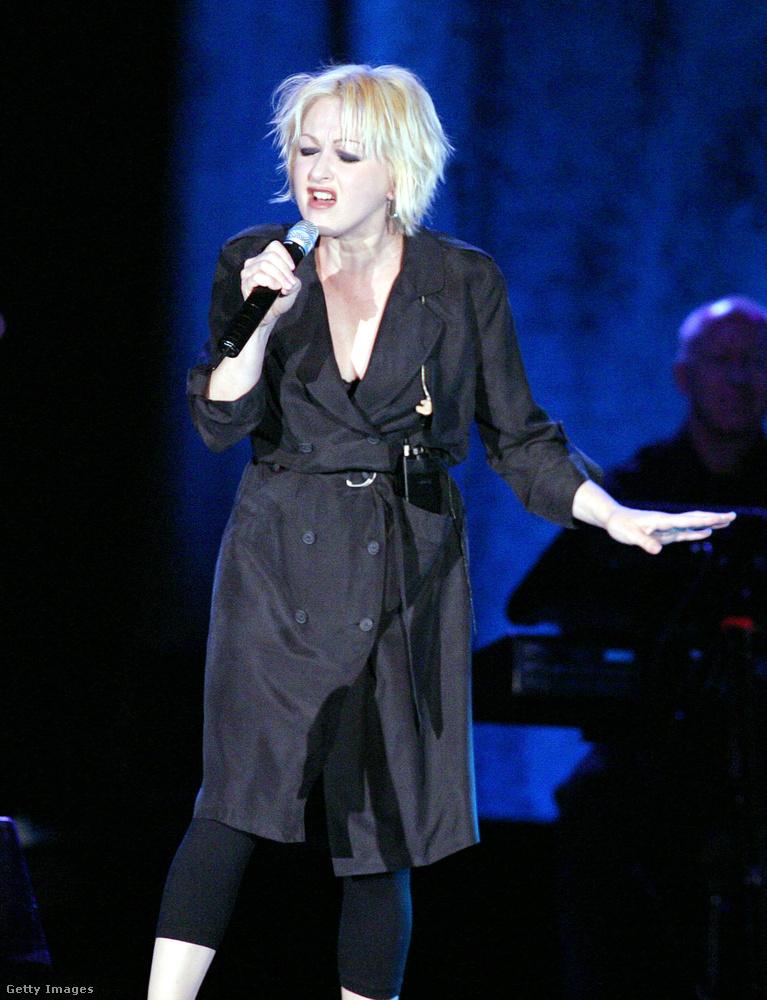 Az egy slágeres (Girls Just Want to Have Fun ) Cindy Lauper fekete viharkabáttal kombinálta 2003-ban.