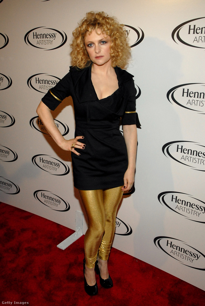 Kis fekete ruha és arany leggings Alison Goldfrappon 2006-ban.
