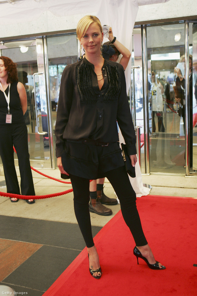 Charlize Theron az Erőszakos múlt című film premierjére ment leggingsben 2005-ben.