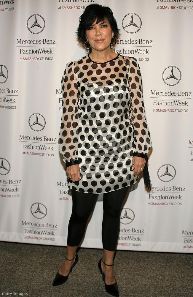 A Kardashian-Jenner lányok anyja, Kris Jenner is hordott leggingst 2007-ben.