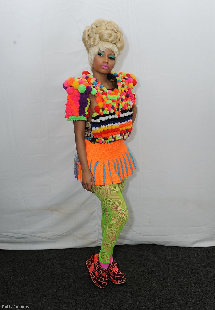 Nicki Minaj a 2011-es divathétre ült be neonzöld leggingsben és telitalpú szandálban.