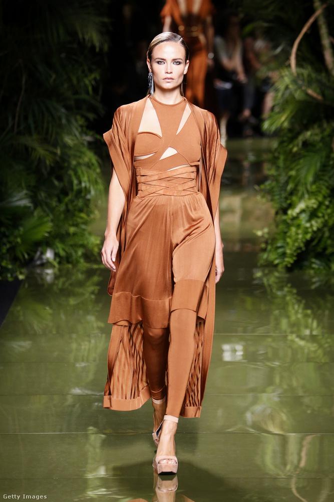 A ruha színével passzoló leggings a Balmain 2017-es kollekciójában.