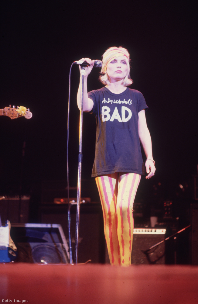 Bad feliratos póló és leggings Debbie Harryn azaz Blondien.