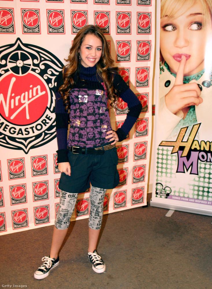 Újságpapír nyomatos leggings rövidnadrággal Miley Cyruson 2006-ban.