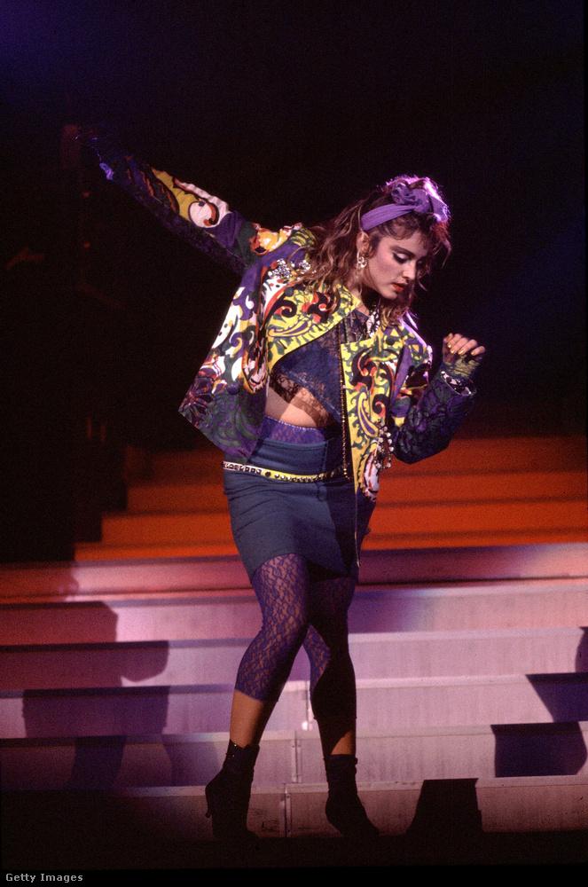Madonna áttetsző, háromnegyedes leggingsben lépett fel 1985-ben Chicagóban.