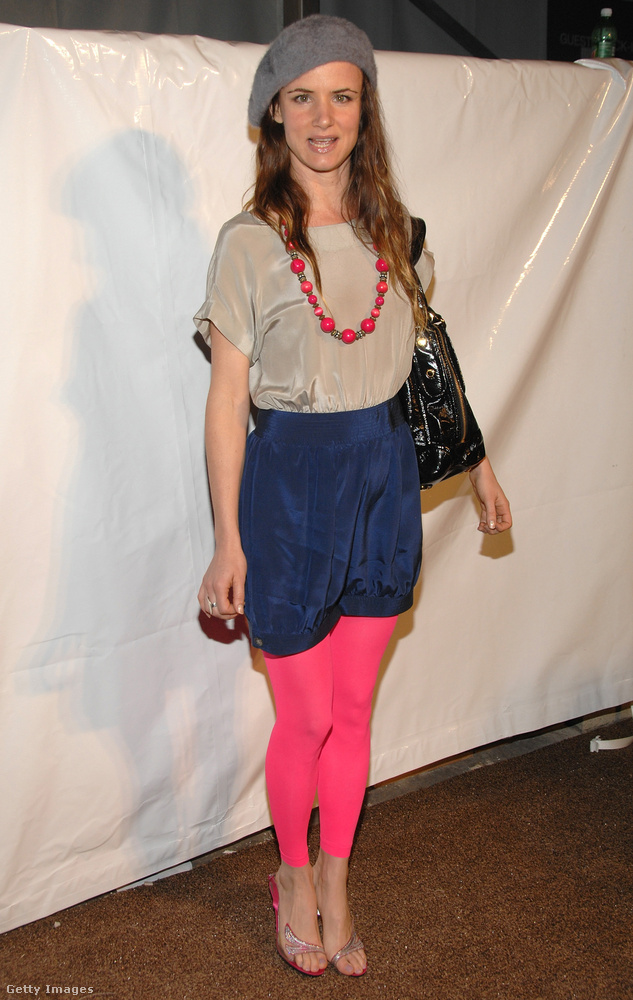 Pink harisnyaleggings rövidnadrággal és ma is divatos barett sapkával Juliette Lewis színésznőn a 2008-as divathéten Hollywoodban.