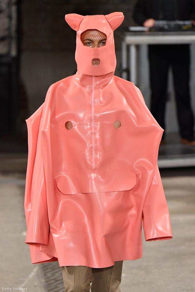Volt ugyanilyen rózsaszínben is ezen a divatbemutatón, ez feltehetőleg disznójelmez akar lenni.
