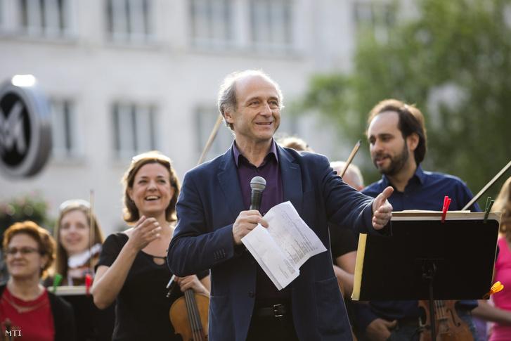 Fischer Iván zeneigazgató (k) a Budapesti Fesztiválzenekar (BFZ) flashmobján a budapesti Vörösmarty téren 2016. május 7-én.