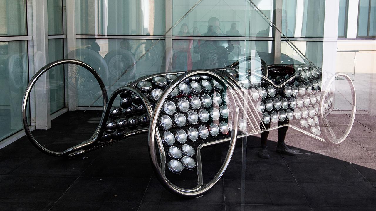 Már a bejáratnál szembejön egy ilyen lámpákból és rozsdamentes acélból épített installáció. Sejteni lehet, hogy nem egyszerű közlekedési múzeumhoz hasonló élménnyel fogunk találkozni a hatalmas épületben.