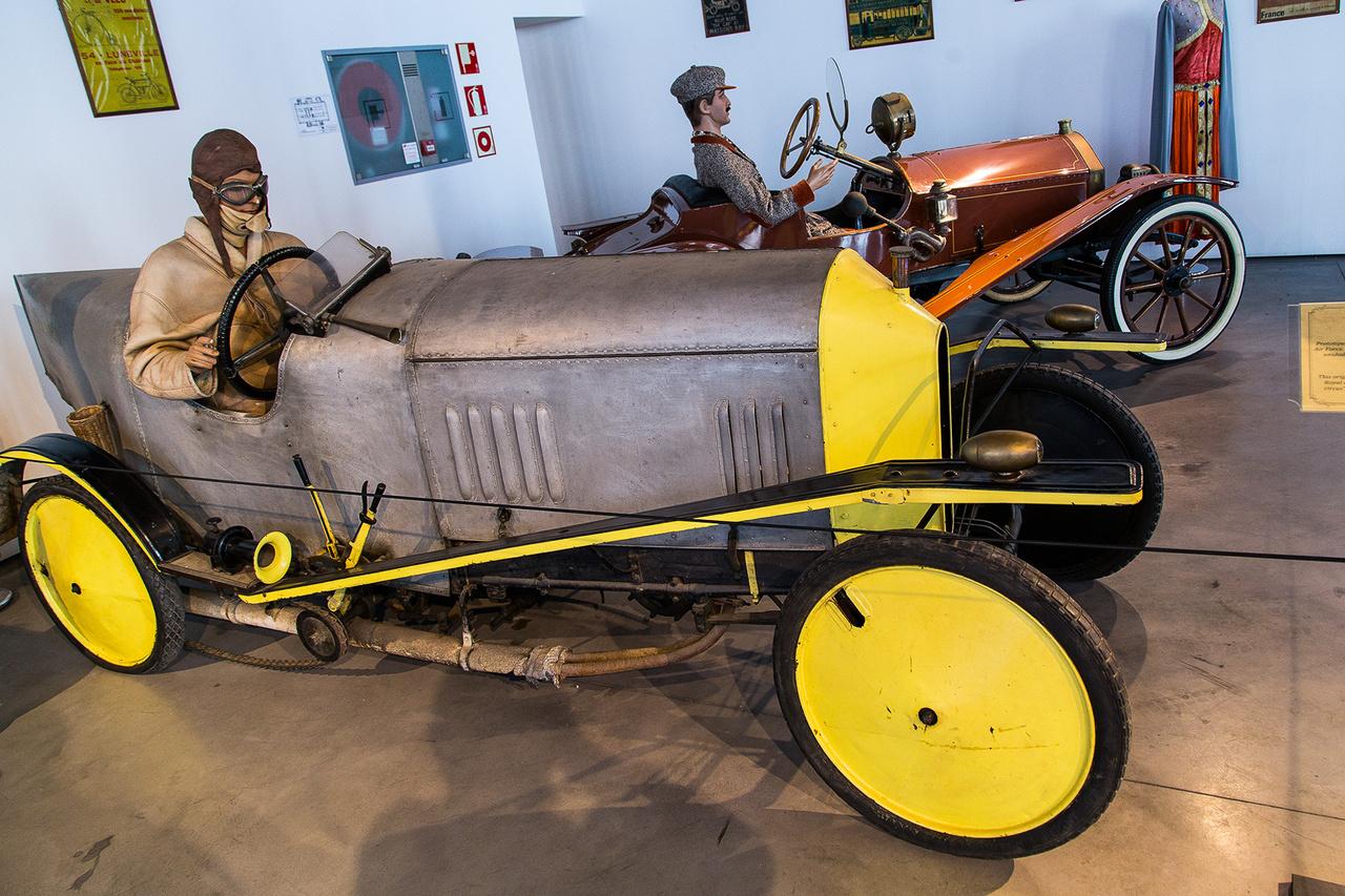 El Pampero, eredeti prototípus 1912-ből. Ackroyd báró a Brit Légierő pilótája tervezte és építette, 1000 ccm-es, kéthengeres motorkájával aszfaltszaggató, 12 lóerős teljesítmény leadására volt képes. A bárót néhány évvel később egy légicsatában megölték.