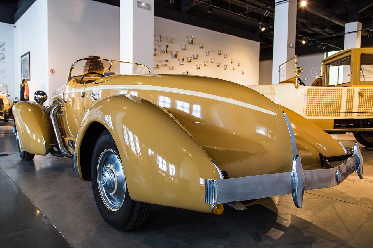 Ezzel a modellel játszotta hattyúdalát a Cord-Auburn-Duesenberg konszern 1937-ben. A gyönyörű, kompresszoros Auburnre és társaira egyszerűen nem volt fizetőképes kereslet a világválság után, így abban az évben le is húzták a rolót.