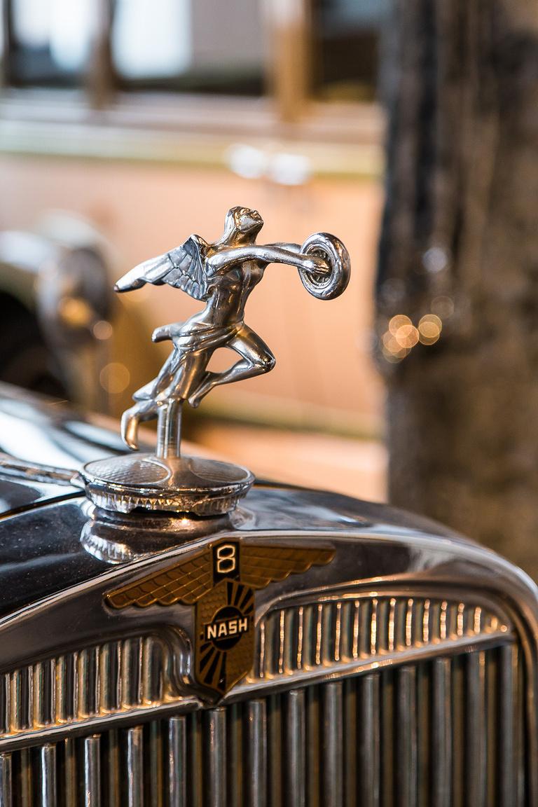 """Az 1930-ban gyártott Nash 8 4900 ccm-es 8 hengeres, 100 lóerős """"Ambassador"""" büszkén ágaskodó emblémája maga is egy időtálló ipari műremek."""