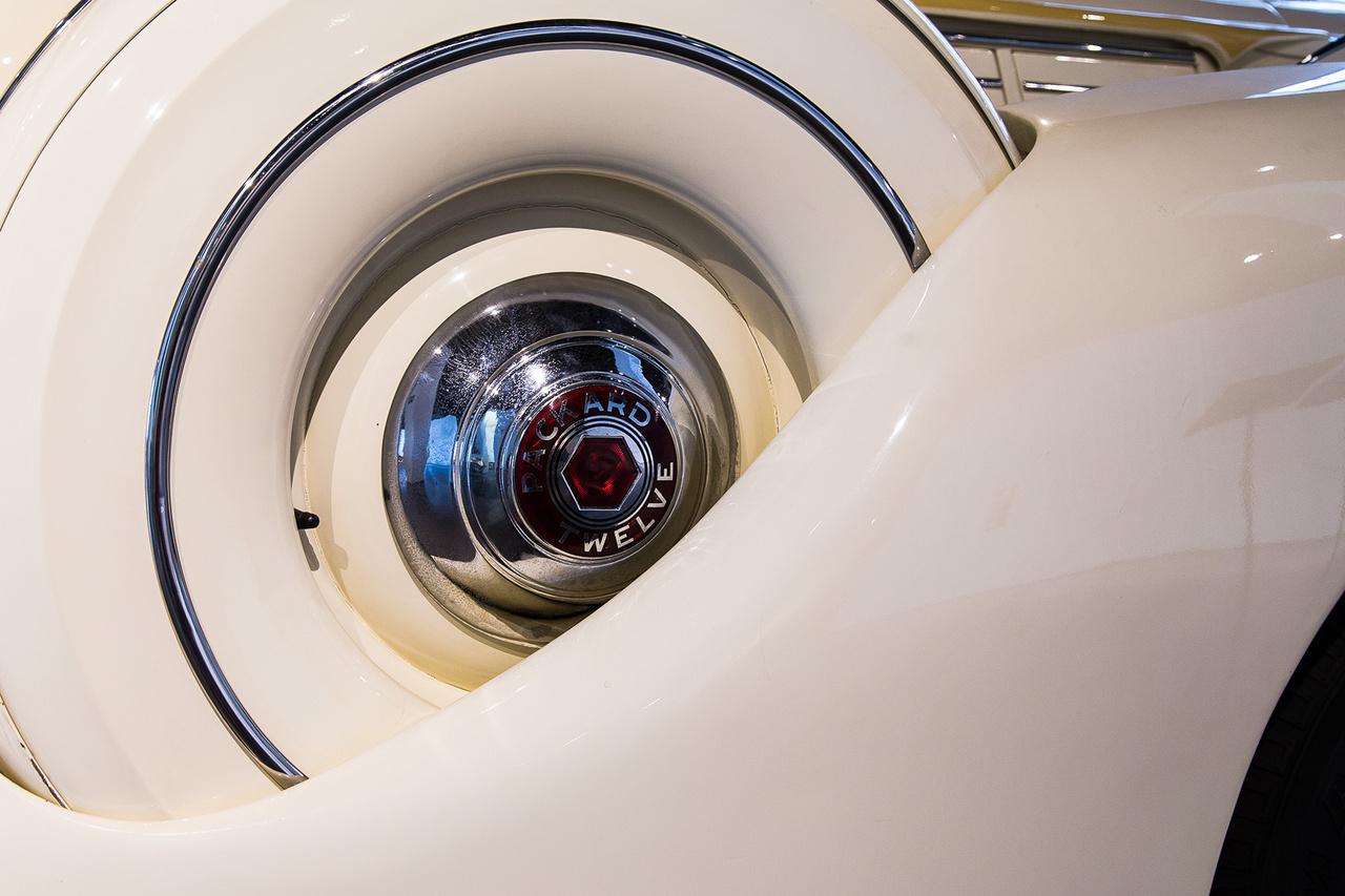 Magával ragadó részlet a Packardról. Ezek a szexi ívek,  súlyos vasak és krómok úgy tűnik lassan végleg feladják a küzdelmet és teljesen kihalnak az autóiparból.